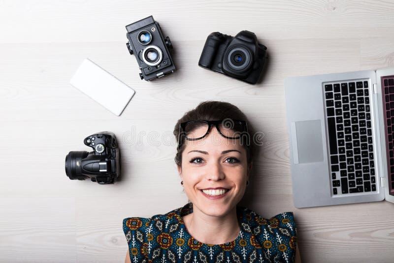 De gelukkige creatieve vrouw is een Webontwerper stock fotografie