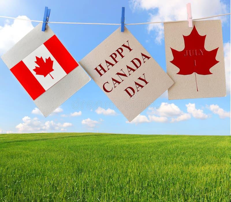 De gelukkige Dag van Canada De kaarten van de vakantiegroet met Esdoornblad en Canadese vlag royalty-vrije stock foto's