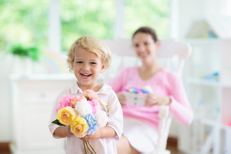 De gelukkige Dag van Moeders Kind met heden voor mamma royalty-vrije stock foto's