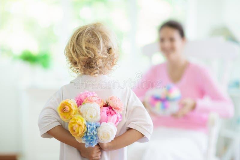 De gelukkige Dag van Moeders Kind met heden voor mamma stock fotografie