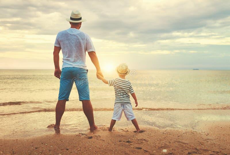 De gelukkige Dag van Vaders familiepapa en kindzoon bij strand stock fotografie