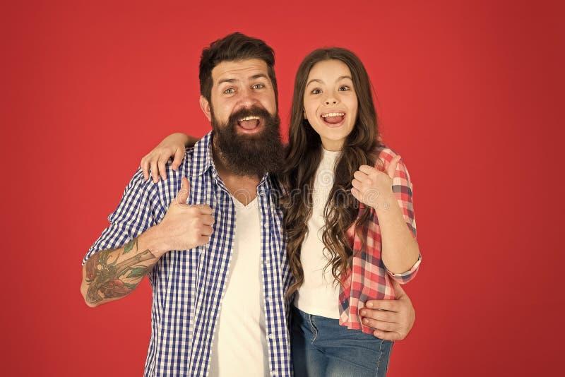 De gelukkige Dag van Vaders Vader en dochteromhelzing op rode achtergrond Kind en vader beste vrienden Ouderschapdoelstellingen g royalty-vrije stock foto's