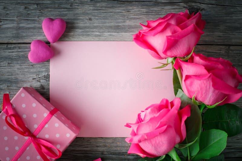 De gelukkige Dag van de Valentijnskaart `s Felicitatieachtergrond tegen St Valentine ` s Dag royalty-vrije stock fotografie