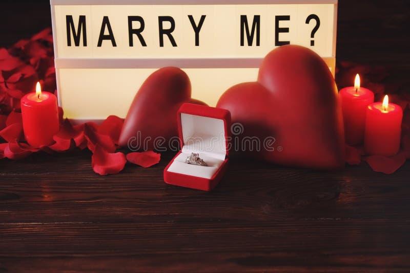 De gelukkige dag van Valentine ` s/zult u me concept huwen Word, het van letters voorzien, kalligrafie, doopvont royalty-vrije stock foto's
