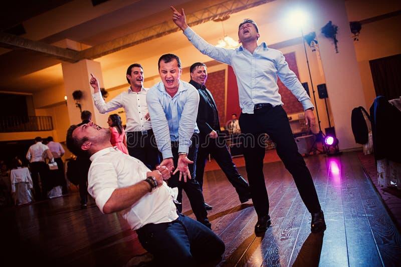 De gelukkige dans van de huwelijkspartij royalty-vrije stock fotografie