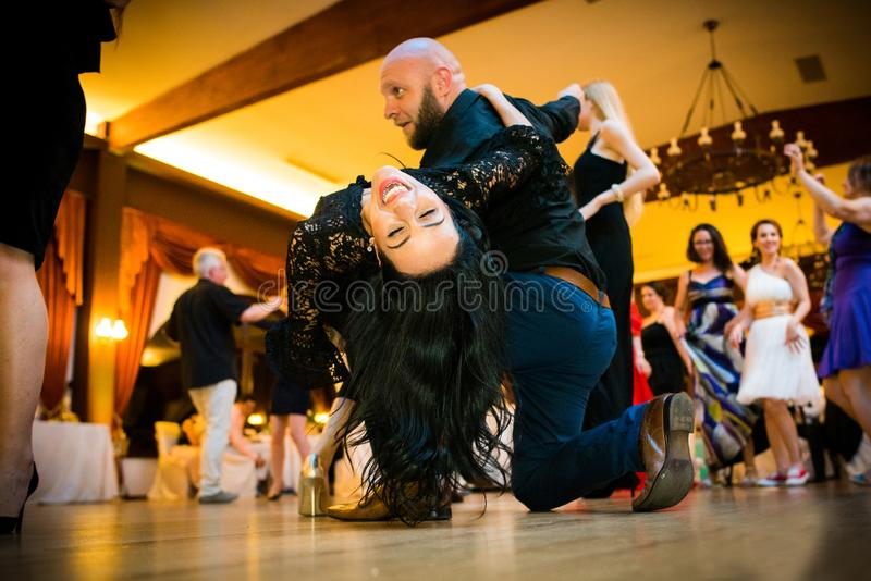 De gelukkige dans van de huwelijkspartij royalty-vrije stock foto's