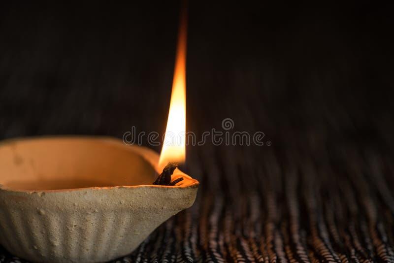 De gelukkige die lampen van Diwali - Clay Diya-tijdens Dipavali, Hindoese festiv worden aangestoken stock afbeelding