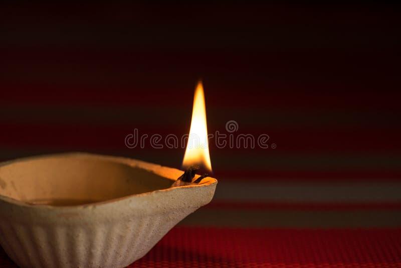 De gelukkige die lampen van Diwali - Clay Diya-tijdens Dipavali worden aangestoken, stock foto