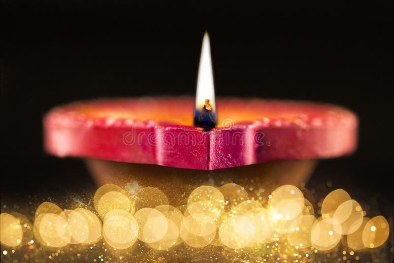 De gelukkige die lampen van Diwali Diya tijdens diwaliviering worden aangestoken stock foto's