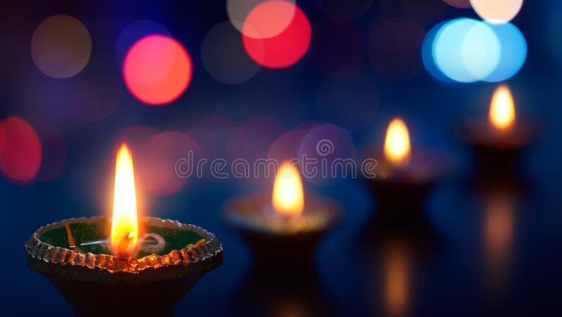 De gelukkige die lampen van Diwali - Diya-tijdens viering worden aangestoken stock fotografie
