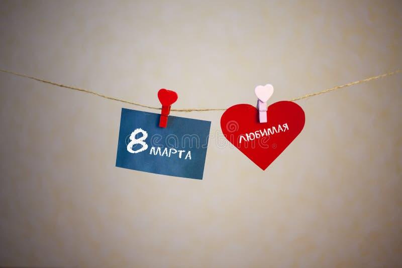 De gelukkige die tekst van de Vrouwen` s Dag met krijt op de stickers en het rode hart wordt geschreven royalty-vrije stock afbeelding