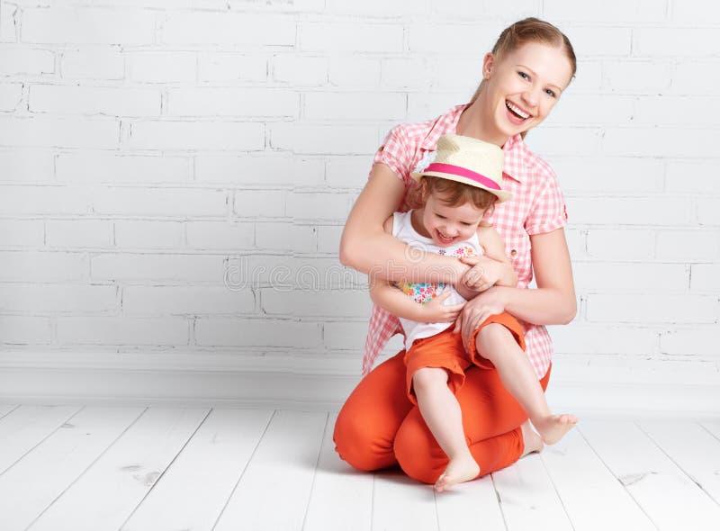 De gelukkige dochter en de moeder die van de familiebaby, het spelen lachen royalty-vrije stock afbeeldingen