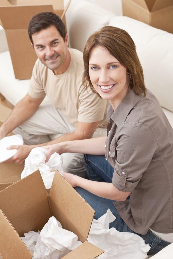 De gelukkige Dozen die van de Verpakking van het Paar Uitpakkende Huis bewegen stock afbeeldingen