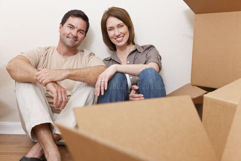 De gelukkige Dozen die van de Verpakking van het Paar Uitpakkende Huis bewegen royalty-vrije stock fotografie