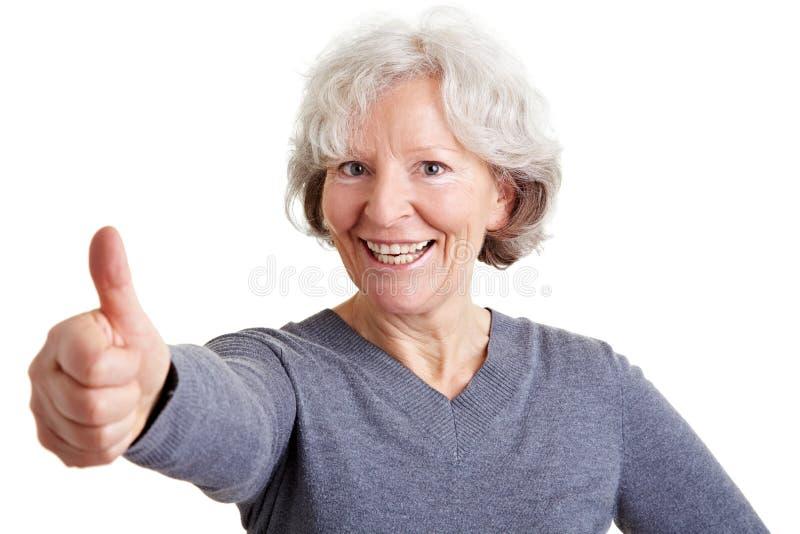 De gelukkige duimen van de bejaardeholding stock foto