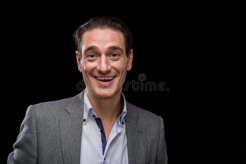 De gelukkige elegante mens glimlacht stock afbeelding