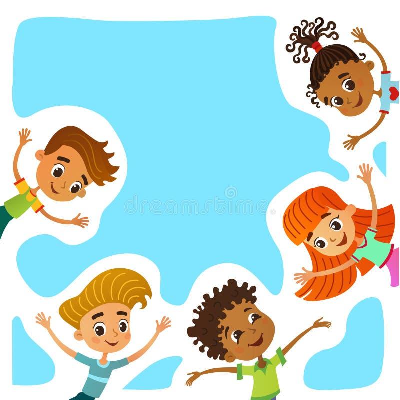 De gelukkige en grappige kinderen bevinden zich rond een grote banner, affiche, po stock foto's