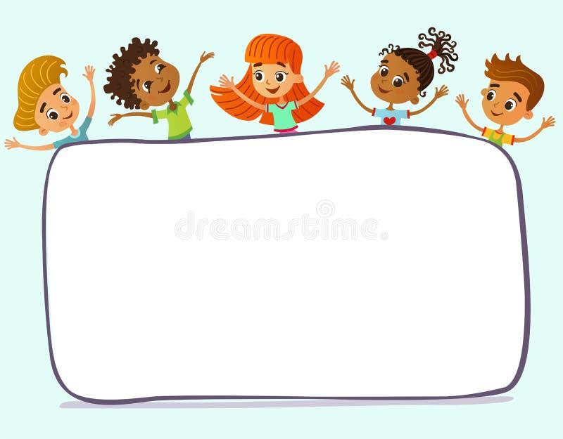 De gelukkige en grappige kinderen bevinden zich rond een grote banner, affiche, po royalty-vrije stock afbeeldingen