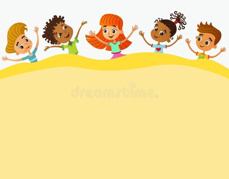 De gelukkige en grappige kinderen bevinden zich rond een grote banner, affiche, po stock afbeeldingen