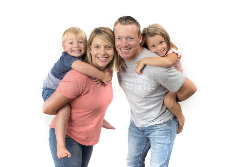 De gelukkige en mooie Amerikaanse familie met echtgenoot en vrouw die hun rug dragen weinig zoon en mooie jonge dochter in liefde royalty-vrije stock foto