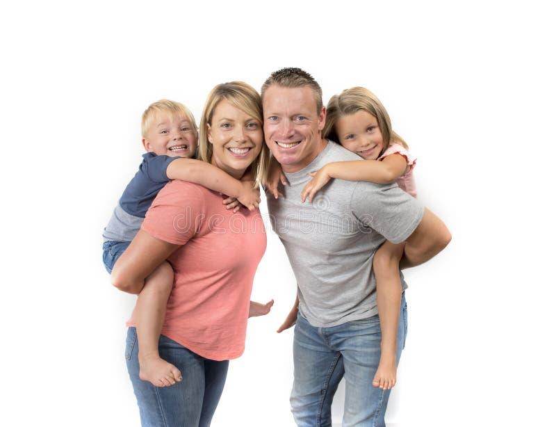 De gelukkige en mooie Amerikaanse familie met echtgenoot en vrouw die hun rug dragen weinig zoon en mooie jonge dochter in liefde royalty-vrije stock afbeeldingen