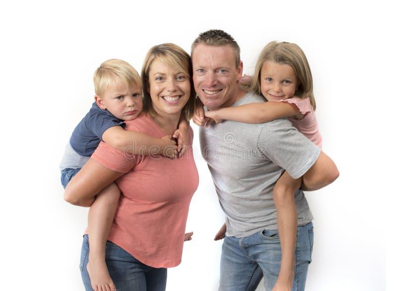 De gelukkige en mooie Amerikaanse familie met echtgenoot en vrouw die hun rug dragen weinig zoon en mooie jonge dochter in liefde royalty-vrije stock afbeelding