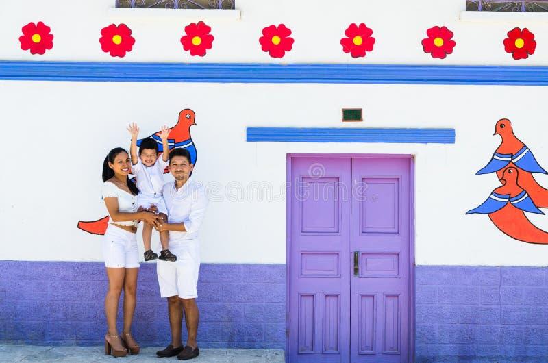 De gelukkige familie die door de kleurrijke stad van Antioquia reizen bepaalde de plaats van het oosten van Lima royalty-vrije stock foto