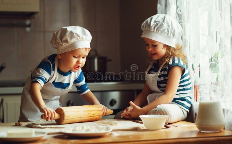 De gelukkige familie grappige jonge geitjes bakken koekjes in keuken royalty-vrije stock foto