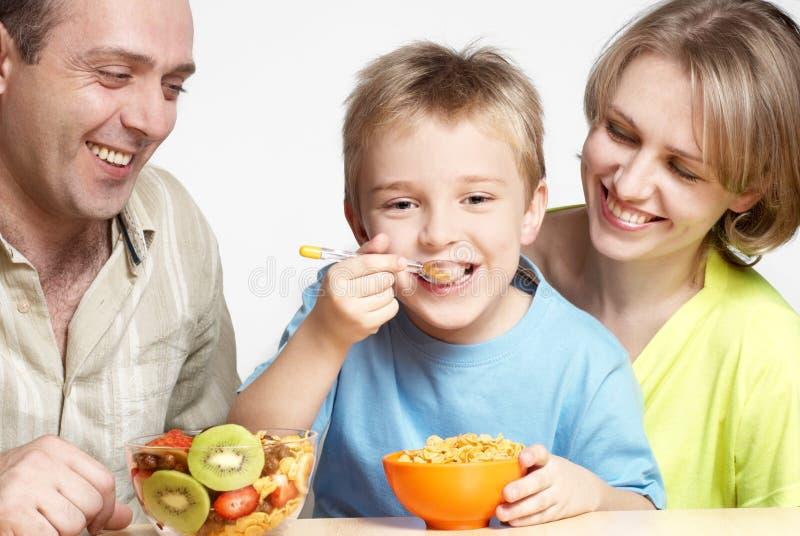 De gelukkige familie heeft ontbijt royalty-vrije stock afbeelding
