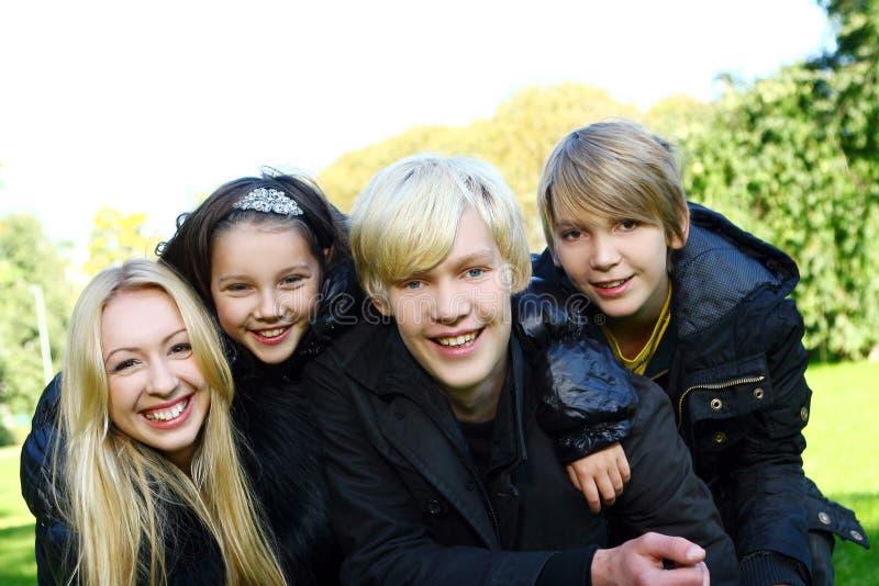 De gelukkige familie heeft pret in park royalty-vrije stock fotografie