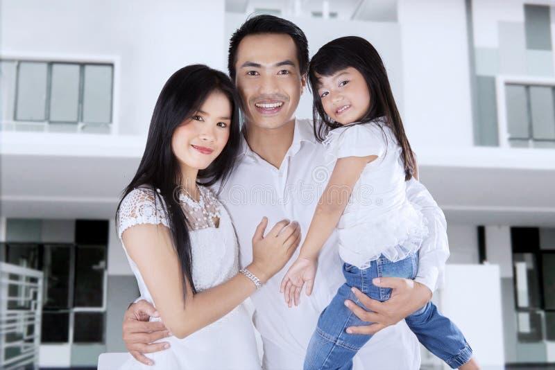 De gelukkige familie koopt nieuwe flat stock afbeelding