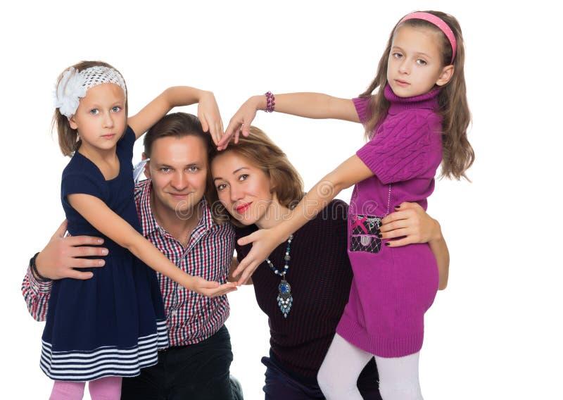 De gelukkige familie maakt het hart royalty-vrije stock afbeeldingen