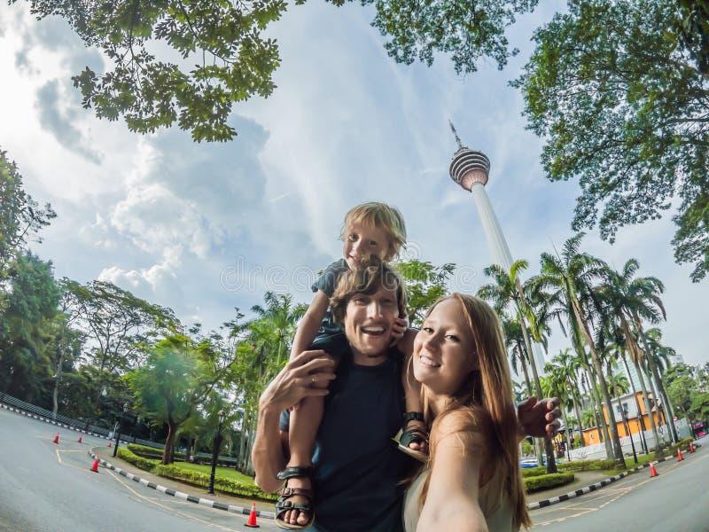De gelukkige familie maakt selfie op de achtergrond van Minar-toren i royalty-vrije stock fotografie