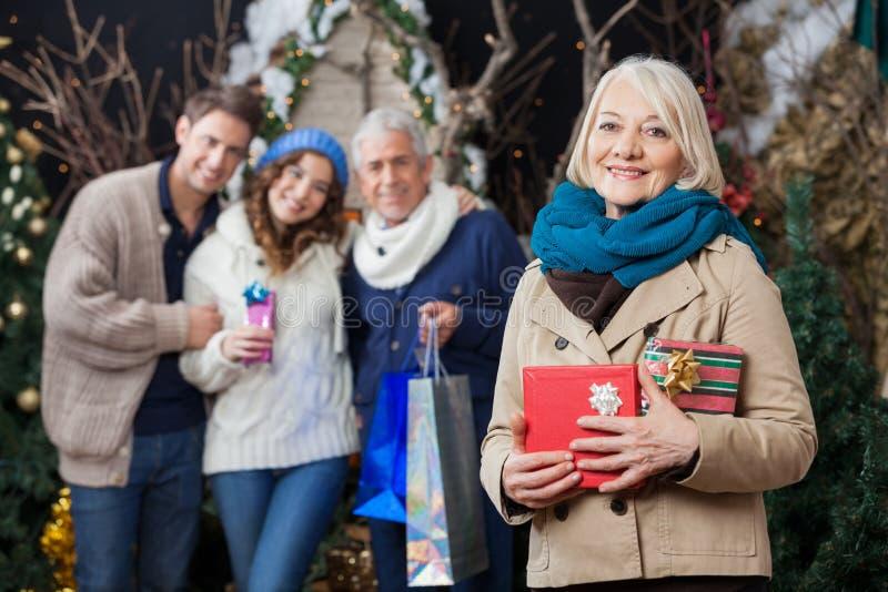 De gelukkige Familie met Kerstmis stelt bij Opslag voor stock fotografie