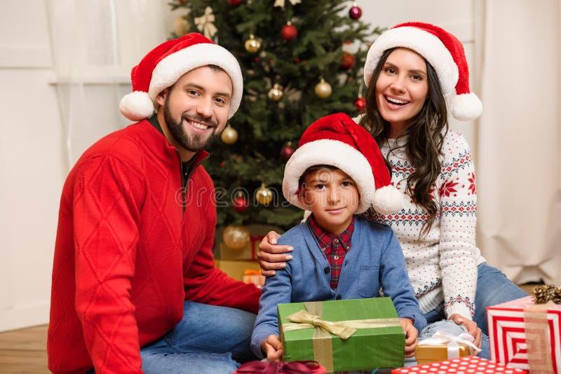 De gelukkige familie met Kerstmis stelt voor stock afbeelding