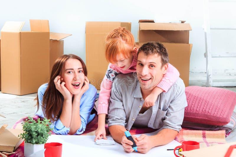 De gelukkige familie tijdens reparatie en verhuizing stock afbeelding