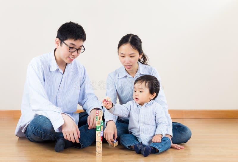 De gelukkige familie van Azië stock afbeeldingen