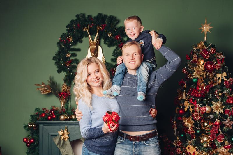 De gelukkige gelukkige familie van de Nieuwjaarfoto portait stock foto