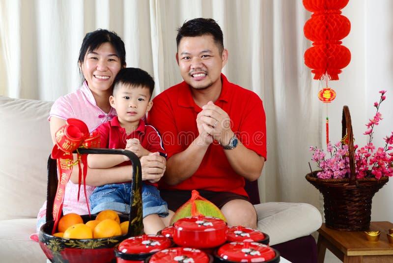 De gelukkige familie viert Chinees nieuw jaar royalty-vrije stock afbeelding