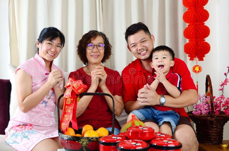 De gelukkige familie viert Chinees nieuw jaar stock fotografie
