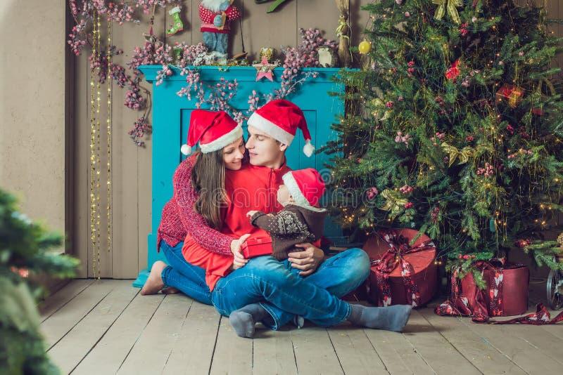 De gelukkige familie viert Kerstmis Mamma, Papa en Zoon in Kerstmis stock afbeelding