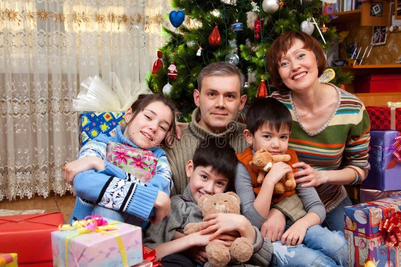 De gelukkige familie is viert Nieuw jaar royalty-vrije stock afbeeldingen