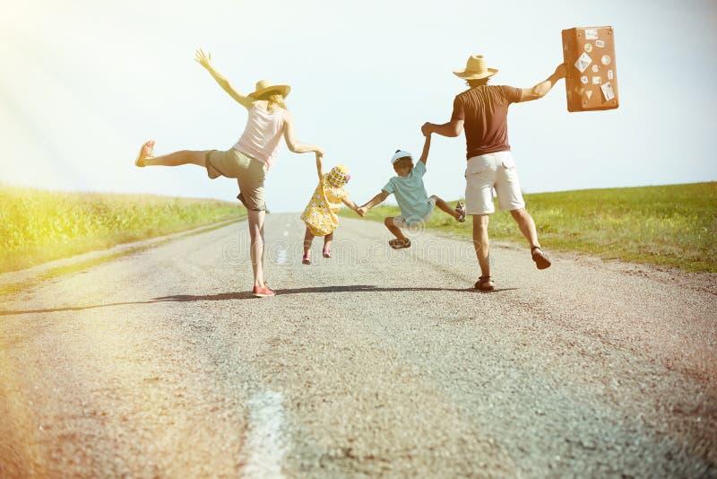 De gelukkige familieholding elkaar overhandigt op zonnig stock foto's