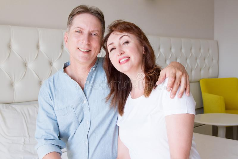 De gelukkige gezichten van close-upmensen Glimlachend middenleeftijdspaar thuis De tijdweekend van de familiepret en sterke liefd royalty-vrije stock afbeelding