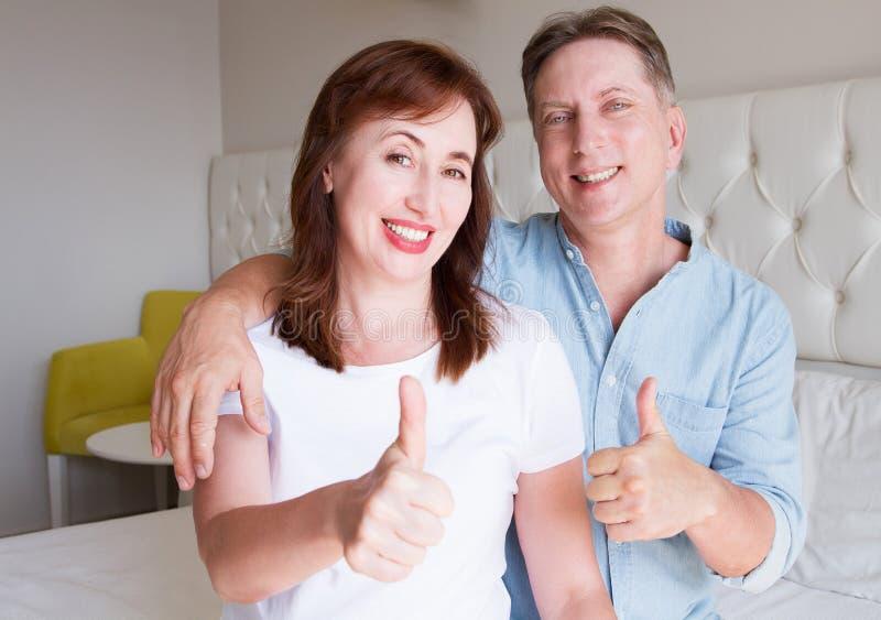 De gelukkige gezichten van close-upmensen Glimlachend middenleeftijdspaar thuis De tijdweekend van de familiepret en sterke liefd royalty-vrije stock afbeeldingen