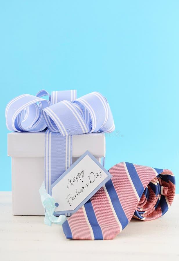 De gelukkige Gift van de Vadersdag met Blauw en Wit Lint royalty-vrije stock fotografie