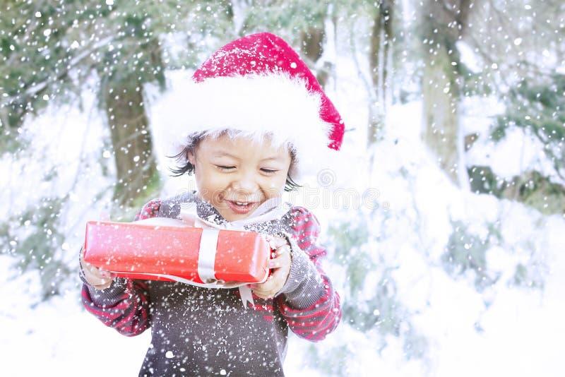 De gelukkige gift van Kerstmis van de peuterholding royalty-vrije stock foto's