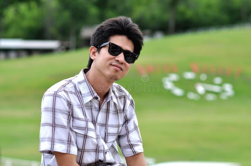 De Gelukkige Glimlach van de Zonnebril van de Mens van Azië Thailand stock foto's