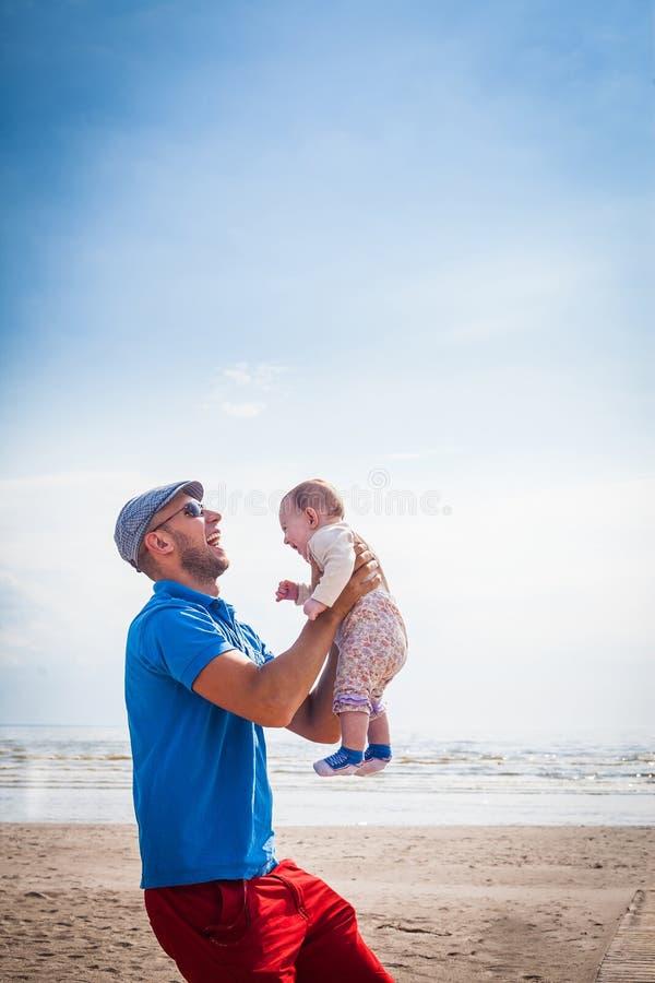 De gelukkige glimlachende baby van de vaderholding royalty-vrije stock fotografie