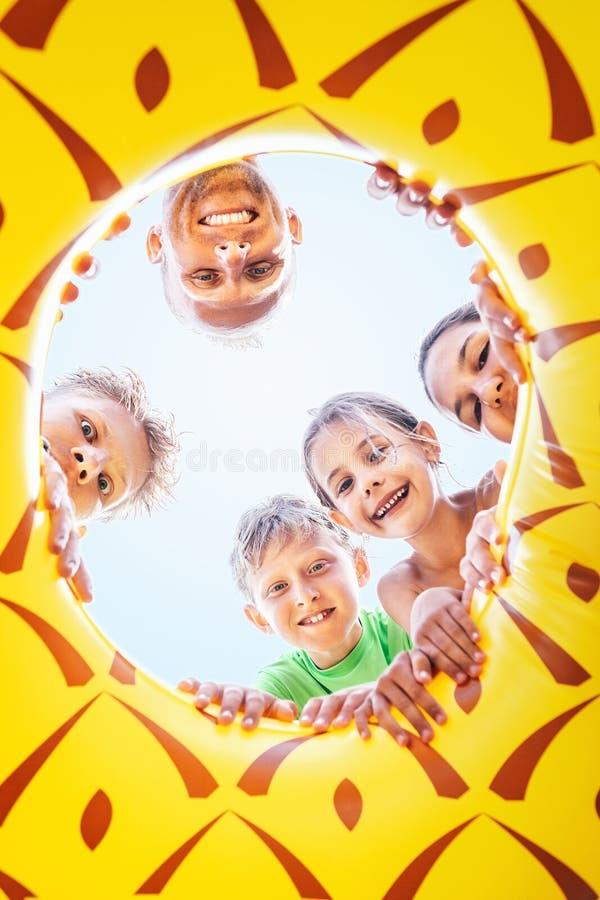 De gelukkige glimlachende groep childs, de tienerjaren en de volwassen mensen zien neer eruit royalty-vrije stock foto's